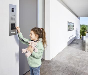 Berührungslose Türöffner sind ideal für Kinder und alle anderen, denen es schwerfällt oder zu lange dauert, einen Schlüssel ins Schloss zu stecken, © S. Siedle & Söhne
