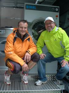 Vor seinem Start beim Sommer-Biathlon stellte sich Sven Fischer (im Bild mit Hans-Jürgen Topf) beim Sponsor Stahl Wäschereimaschinen vor