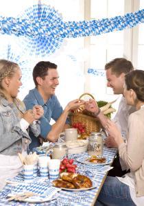 Mit ein paar einfachen Tipps zaubern Sie im Handumdrehen eine zünftige Wiesn Atmosphäre, die jeden Gast begeistern wird. Tischdecken, Teller, Servietten und Girlanden im typischen blau-weißem Rautendesign, dazu passende Girlanden – fertig ist das Oktoberfest-Ambiente. Bei Papstar, dem führenden Anbieter für Einmalgeschirr und Serviceverpackungen in Europa, finden Wies'n-Fans neben Tischdecken, Tellern und Servietten auch ein umfassendes Sortiment an passenden Dekorationsartikeln.