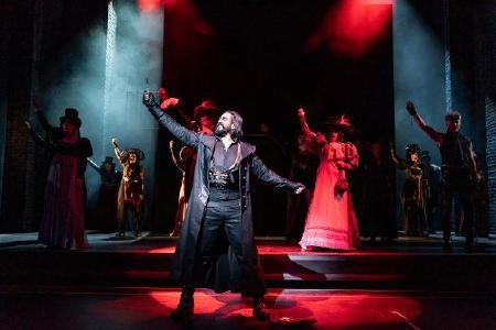 Vikrant Subramanian als Sweeney Todd im gleichnamigen Musical / (c) Tom Schulze/ Oper Leipzig