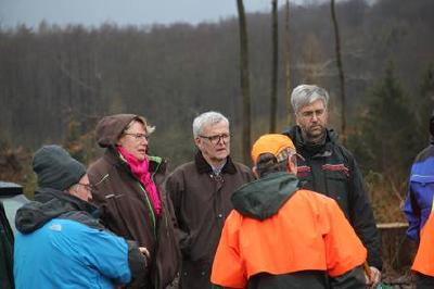 Forstministerin Otte-Kinast (2. v. l.) neben Herrn Dr. Merker (Foto: NLF)