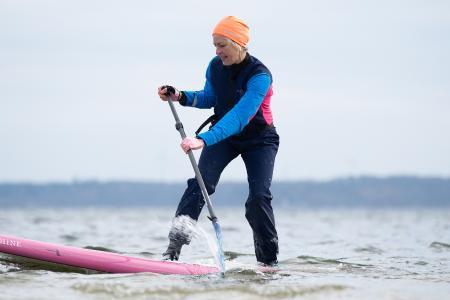 Die Folgen erscheinen jeden Monat neu. Den Start macht Tanja Miranda (Bild) mit dem Thema Winter-SUP. Bild: www.ostsee-schleswig-holstein.de