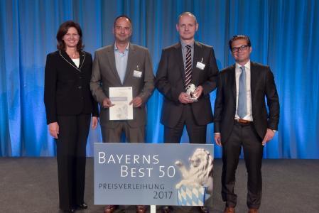 So sehen Sieger aus Bernd Bayerköhler (Mitte links) und Christoph Blaß (Mitte rechts) bei der Preisverleihung zu BAYERNS BEST 50 ©  Fotostudio Heuser