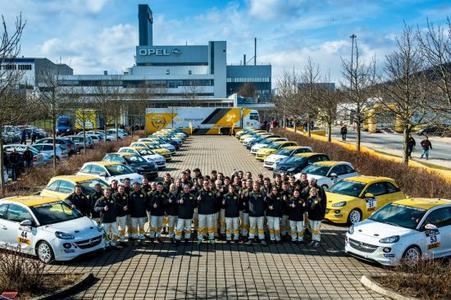 """Der neue Opel Mokka ist weiter auf Titel-Kurs: """"Allradauto des Jahres 2013"""" heißt die jüngste Auszeichnung für den trendigen subkompakten SUV. Bei der Leserwahl von """"Auto Bild allrad"""", dem größten Allrad-Fachmagazin in Europa, kletterte der Rüsselsheimer Offroader an die Spitze"""