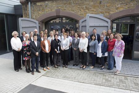 Die neuen und die erfolgreich abgeschlossenen Kollegiatinnen und Kollegiaten mit ihren Betreuerinnen und Betreuern der Hochschule Osnabrück und Universität Witten/Herdecke. Foto: Ralf Garten