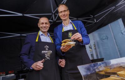 Im Einsatz: Opel CEO Michael Lohscheller (rechts) und Opel Deutschland-Chef Jürgen Keller (links) am Grill bei Auto Jacob in Rüsselsheim