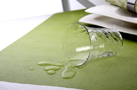 """Mit seiner Linie """"Royal Collection plus"""" bietet Papstar Tischdecken, Mitteldecken und Tischsets aus Tissue beschichtet mit Bio-Kunststoff an; die Tischwäsche ist somit kompostierbar. Die elegante, unifarbene Table-Top-Serie ist weich wie Stoff, dabei reißfest, abwischbar und wasserdicht. Die Biobeschichtung macht sie einzigartig auf dem Markt"""
