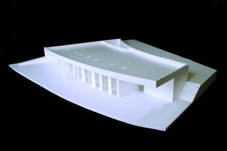 Der Schulneubau wurde, der Topografie angepasst, in den Hang hineingebaut. Im begrünten Flachdach sorgen Oberlichter für Tageslicht in den Räumen