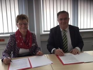 Corinna Burkhardt und Jens Berghold bei der Unterzeichnung der Kooperationsvereinbarung