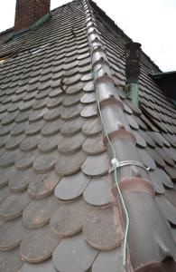 Drei auf einen Streich: Bei vielen Dächern sind Durchdringungen z. B. für Lüfterrohre, Blitzschutz und Kamineinfassungen nicht mehr auf dem neuesten Stand und bieten Angriffspunkte für Wasser und Sturm