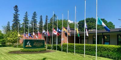 Flaggen vor dem Verwaltungsgebäude der kanadischen Adventisten auf halbmast