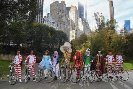 Anlässlich der Präsentation des Pirelli Kalenders 2018 fand im New Yorker Central Park die Rallye des verrückten Hutmachers statt