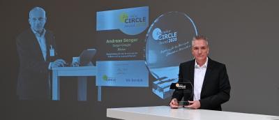 """Der """"Executive Circle Award 2020"""" ging posthum an Andreas Senger. Der geschäftsführende Gesellschafter der Senger-Gruppe ist im April an Covid-19 verstorben. »kfz-betrieb«-Chefredakteur Wolfgang Michel übergab die Auszeichnung an seine Kinder Stefanie und Jörg  (Foto: Untch/VCG)"""