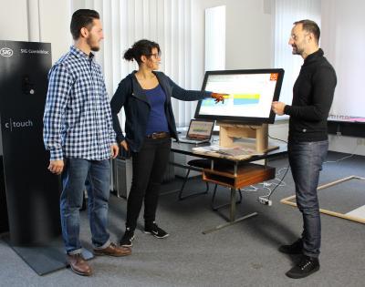 """""""Red Dot Award: Communication Design"""" ging in diesem Jahr an die Abschlussarbeit der Industriedesigner Tim-Niklas Hachmeister und Jawaher Hamo. Mit ihrem Erstprüfer und heutigen Chef, Prof. Thomas Hofmann (rechts), freuen sie sich über die Auszeichnung ihres Projekts - einer neuartigen Bedienoberfläche für Verpackungsmaschinen der SIG Combibloc GmbH / Foto: Hochschule Osnabrück / Lidia Wübbelmann"""