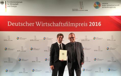 Michael Wittel (links) von W&W ModernMedia und Alfred Bouß (rechts) von der Handwerkskammer Reutlingen nach der Preisverleihung