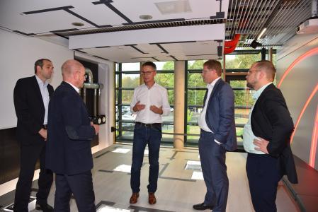 Dr. Kai Schiefelbein (Mitte) erläuterte Dr. Patrick Graichen (2. von rechts) im Praxisraum Lüftung die Vorzüge der kontrollierten Wohnungslüftung mit Wärmerückgewinnung