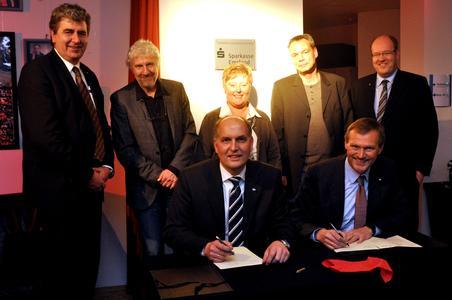 Prof. Dr. Frank Blümel (links) und Ludwig Momann unterzeichneten im Burgtheater die Fördervereinbarung. Sehr zur Freude von Hans Günter  Kaltwasser, Prof. Dr. Bernd Ruping, Mechtild Weßling, Jörg Meyer und Hans Determann (hinten v.l.)