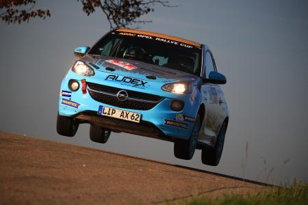 Dramatisches Saisonfinale: Der 26-jährige Tom Kristensson fuhr mit seinem Opel ADAM in Cup-Spezifikation am Wochenende als Zweiter durchs Ziel. Das reichte für den Gesamtsieg beim ADAC Opel Rallye Cup 2017