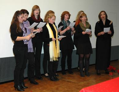 Der Chor aus Studentinnen mit Sopranistin Simona Iachini (re.)