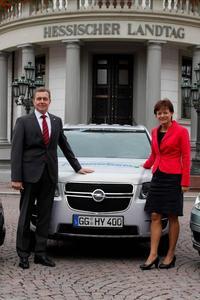 Die Adam Opel AG unterstützt den Beitritt des Landes Hessen zur Clean Energy Partnership (CEP) und Hessens Bewerbung als Schaufensterregionen für Elektromobilität. Dies wurde heute bei einer Pressekonferenz in der Staatskanzlei in Wiesbaden bekannt gegeben. Im Bild: Karl-Friedrich Stracke (Opel-Vorstandsvorsitzender) und Lucia Puttrich