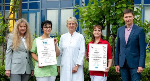 Das Qualitätsmanagementteam im Klinikzentrum Bad Sulza mit den Zertifikaten | Foto: © Toskanaworld