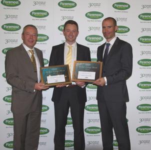 """Richard Fryer (Mitte), Marketing- und Verkaufsleiter von FootJoy UK, freut sich über die Auszeichnungen """"Golfschuh des Jahres 2014"""" und """"Bekleidungsmarke des Jahres 2014"""" der größten britischen Handelsgruppe Foremost Golf"""
