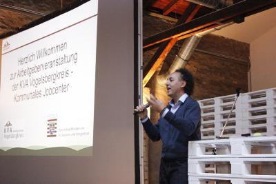 Inspirationscoach David Kadel bei seinem Vortrag voller Sinnbilder und erfrischenden Vergleichen zu der Welt des Sports / Foto: Michael Richter