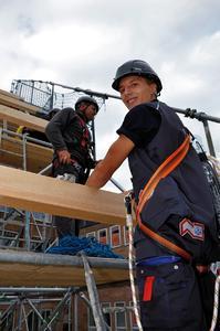 Coole Hand- und Kopf-Werker: Wer das Interesse für vielseitiges Arbeiten mitbringt, ist im Dachdeckerhandwerk am richtigen Platz.