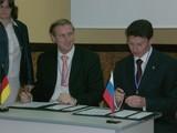 v.l.n.r.: Dr. Chr. von Boetticher u. Andrej Romanov bei der Unterzeichnung des Kooperationsabkommens