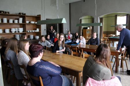 Im ehemaligen Speisesaal der Einrichtung in Freistatt beantwortet Zeitzeuge Wolfgang Rosenkötter (rechts) den Studierenden ihre Fragen / Foto: Fenja Meinen