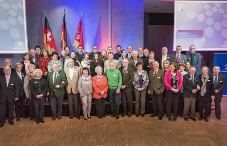 So sieht ehrenamtliches Engagement in der Region Hannover aus: Die geehrten Ehrenamtlichen mit Regionspräsident Hauke Jagau (hinten Mitte) und der stellvertretenden Regionspräsidentin Angelika Walther (links). Foto: Christian Stahl, Region Hannover