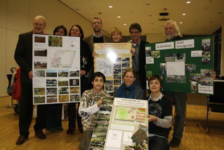 """Umweltdezernent Prof. Dr. Axel Priebs (vierte von links, hintere Reihe) gratulierte allen Gewinnern des Schulgartenwettbewerbs """"Garten macht Schule"""""""