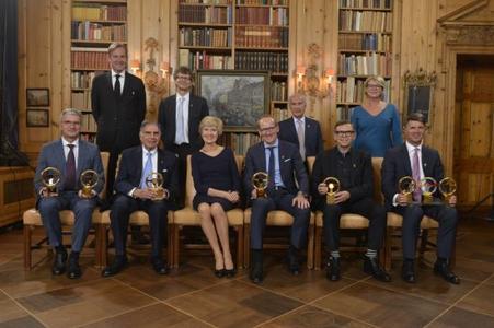 """Goldene Lenkrad 2015. Die Sieger des Abends: Opel Group CEO Dr. Karl-Thomas Neumann (Mitte) neben Friede Springer mit dem """"Goldenen Lenkrad"""" für den neuen Opel Astra."""