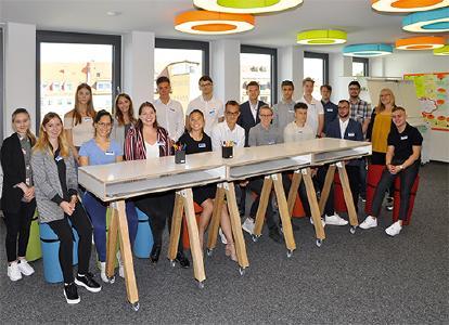 Foto: uniVersa, Die neuen Auszubildenden und dualen Studenten bei der uniVersa – mit Ausbildungsleiterin Helen Pfahl (2. von rechts).
