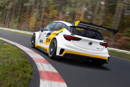 Sportliches Highlight zur Jubiläumsveranstaltung: Auch der Astra TCR dreht am 10. September im Opel Test Center seine Runden