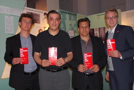 v.l.n.r.: Andreas Hellstab (Projektleiter), Romani Rose (Schirmherr), Django Reinhardt (Musiker), Fabian Will (Projektleiter)