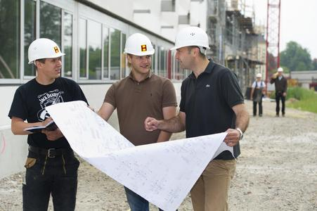 Pendeln zwischen Baustellen und Hörsaal: die Studierenden des Studiengangs Baubetriebswirtschaft Dual lernen praxisnah, worauf es in der Baubranche ankommt
