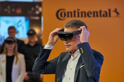 Blick in die Zukunft: Vorstandsvorsitzende Dr. Elmar Degenhart schaut auf das Cockpit der Zukunft. Foto: © Continental AG