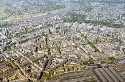 """Ansicht des Hotel-Ensembles eingeordnet beim Blick über die ganze Stadt (Foto-Credit: """"greeen! architects"""")"""