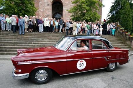 Der ehemalige Le Mans-Sieger Jockel Winkelhock im Opel Kapitän 1956 bei der Paul Pietsch Classic 2013