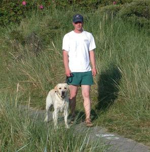 So ist es richtig: Mit dem Hund an der Leine und auf dem zugelassenen Weg die Natur erleben, ohne zu stören. (Foto: Nationalparkverwaltung)