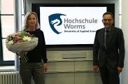 Vizepräsident Professor Henning Kehr heißt Dr. Dorothea Jecht an der Hochschule Worms herzlich willkommen. Foto/Christopher Thiele