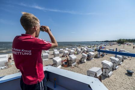 Badespaß am Strand des Seebades Ueckermünde. Viele kleine Strände in der Region laden zum Baden, Schwimmen und Relaxen ein.