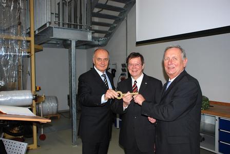 Offizielle Übergabe der neuen Gebäude (v.l.): Rainer Thieme, Vorsitzender des Stiftungsrates der Fachhochschule Osnabrück überreichte den Schlüssel an Prof. Dr. Erhard Mielenhausen und Prof. Dr. Peter Seifert