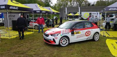 AvD Opel Corsa-e Rally verlässt Servicepark (Seitenansicht)