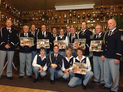 Die langjährigen Vereinsmitglieder des Spielmannszugs Binningen freuten sich über ihre Ehrung: (v.l.n.r.): Thomas Ternes (25 Jahre im Verein), Alfred Brengmann (40), Lars Steffens, Günter Urwer (40), Oliver Reichert (35), Christel Elscheid (40), Helmut Gilles (30), Michael Michels (40), Hermann-Josef Urwer (40), Arnold Oster (50), Franz-Josef Ternes (50), Conny Pillig (35), Bastian Elscheid (10), Beatrix Kirsch (35) und Edith Richter (40)