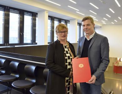 Prof. Andreas Teufel mit Rektorin Prof. Dr. Karin Luckey bei der Übergabe der Ernennungsurkunde. - Foto: Sascha Peschke/Hochschule Bremen
