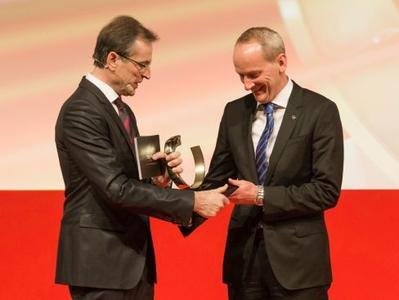 Siegerlächeln: Chefredakteur Volker Koerdt (links) überreicht dem Opel-Vorstandsvorsitzenden Dr. Karl-Thomas Neumann die Autotrophy für den Opel ADAM