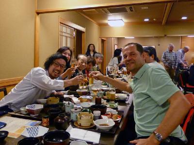 Ausgelassene Stimmung beim Abendessen mit japanischen Reiki-Praktizierenden nach einem gemeinsamen Reiki-Treffen am Nachmittag.