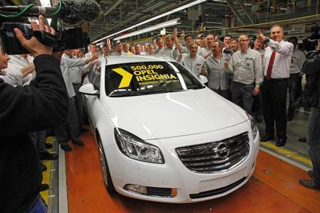 Im festlichen Rahmen rollte heute der 500.000. Opel Insignia von der Fertigungslinie im Stammwerk Rüsselsheim. Beim Jubiläumsmodell handelt es sich um einen weißen Insignia Sports Tourer 2.0 BiTurbo CDTI mit 143 kW/195 PS. Rechts Werksdirektor Axel Scheiben